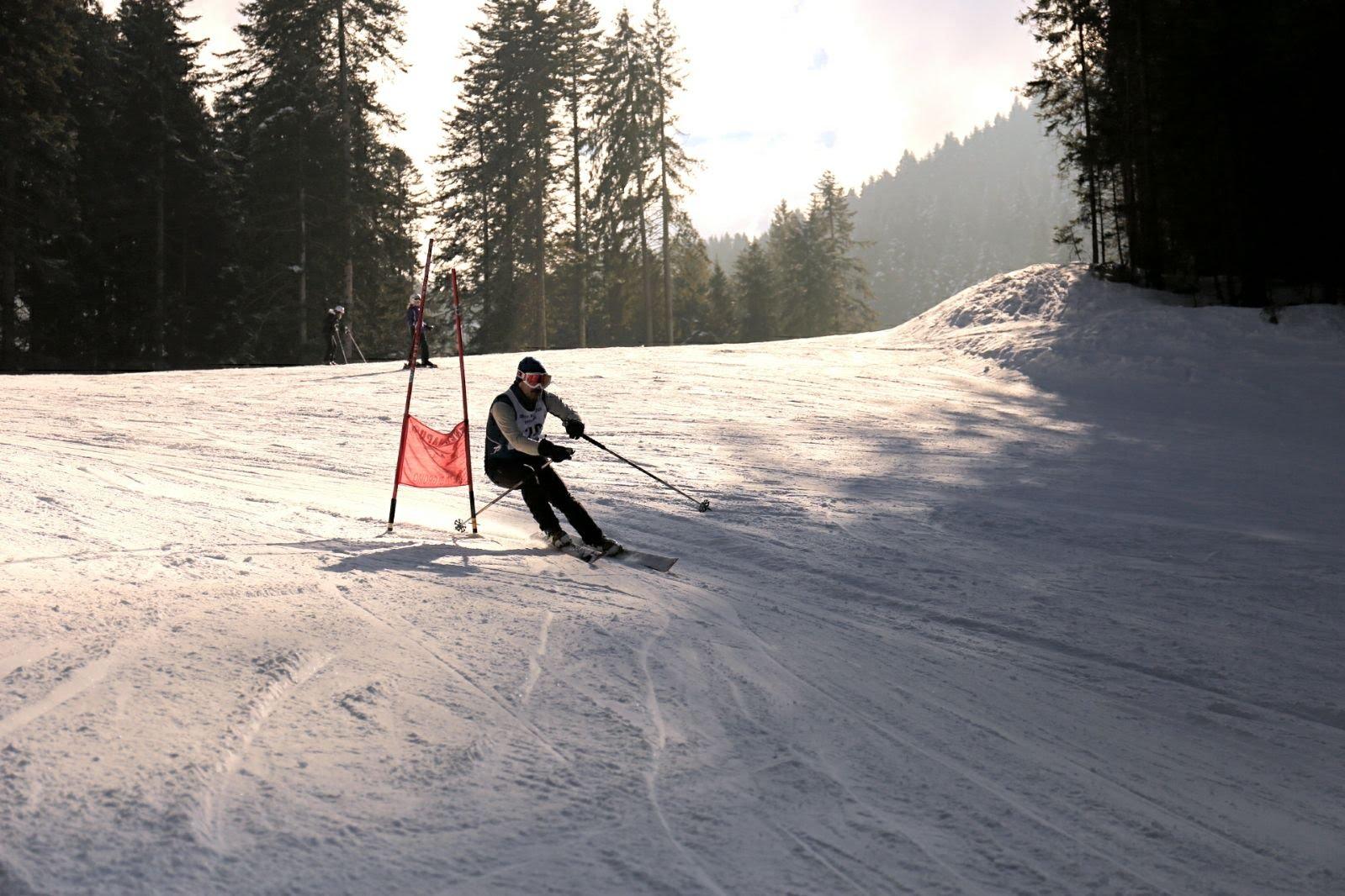 Scialpinista nella prova di discesa