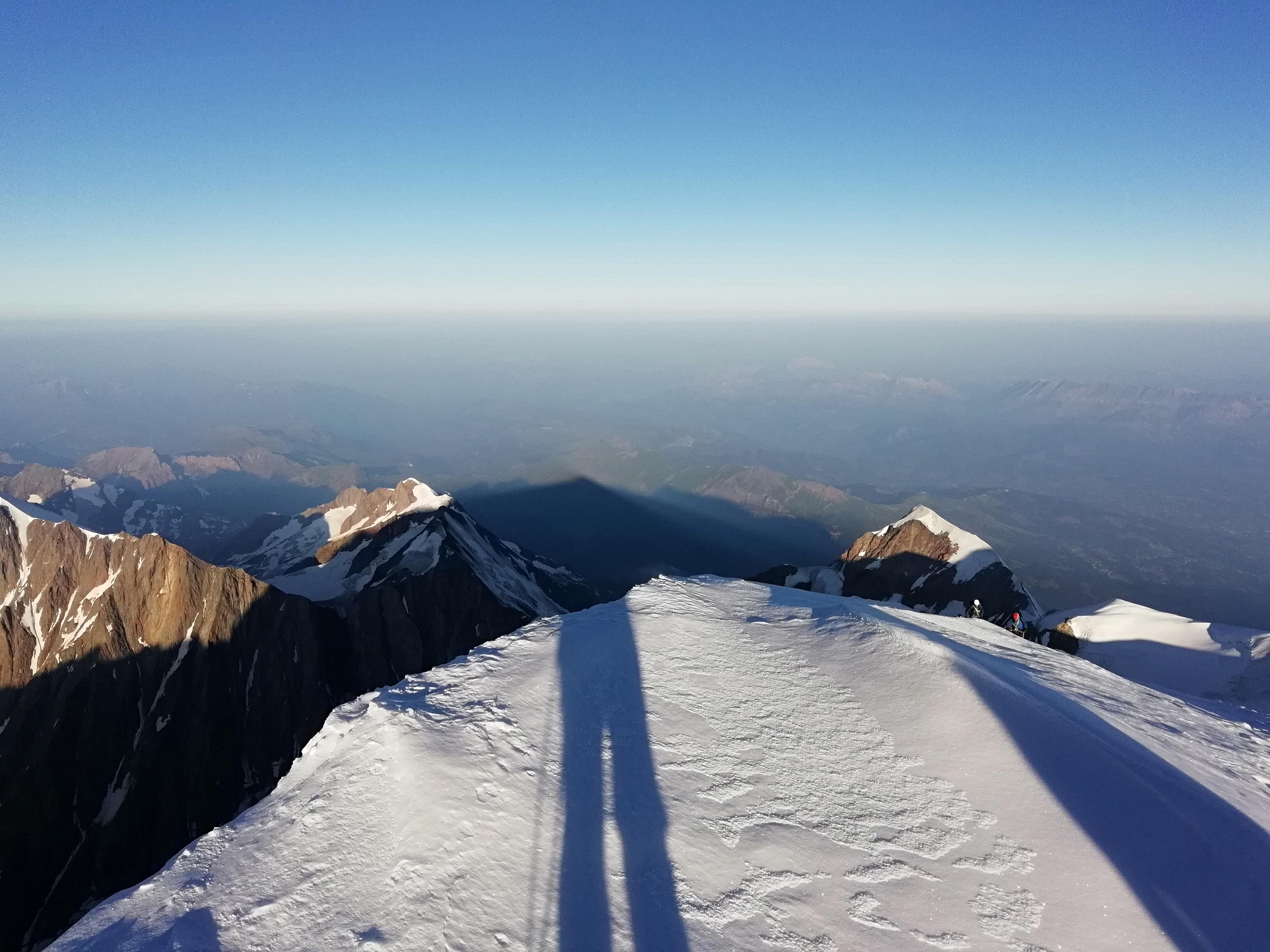 Per qualcuno è ancora buio, all'ombra del Monte Bianco