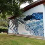 Alpinista intento a Scalare una parete di neve, sullo sfondo la Presolana.
