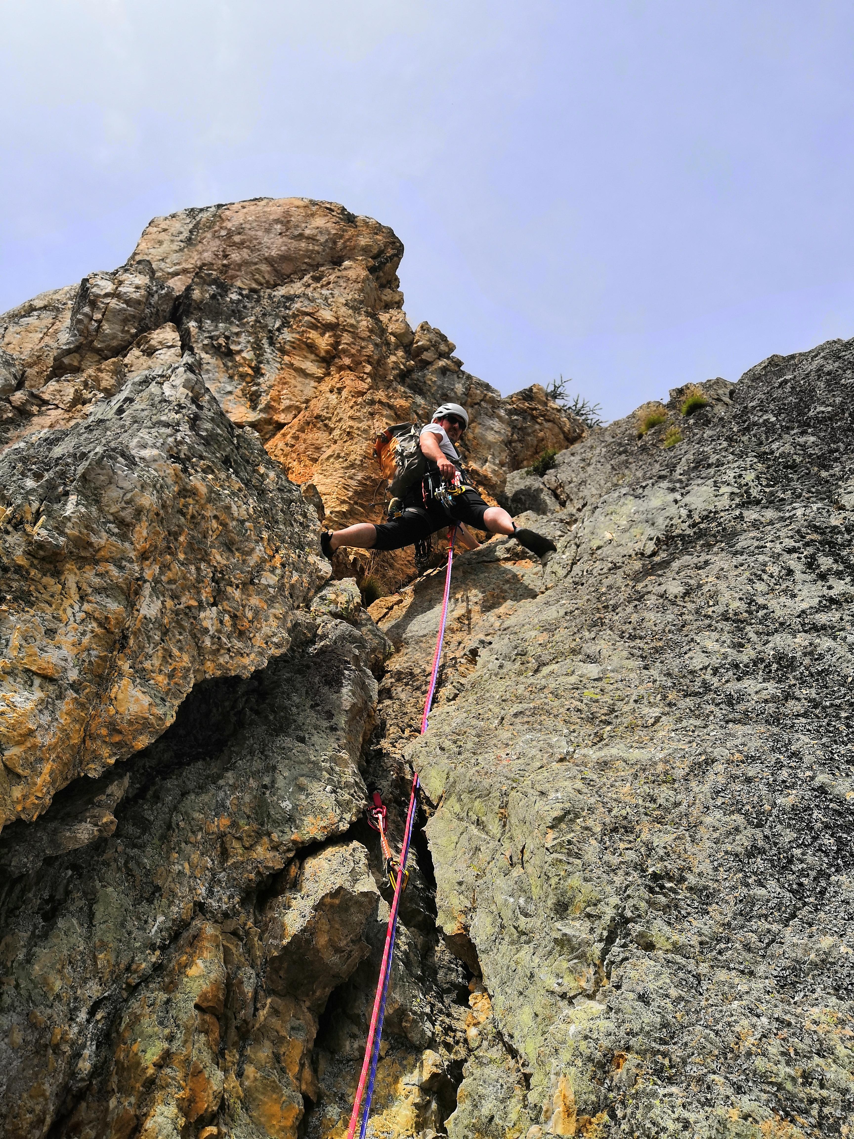 Nando in azione su una divertente parete di arrampicata della zona.
