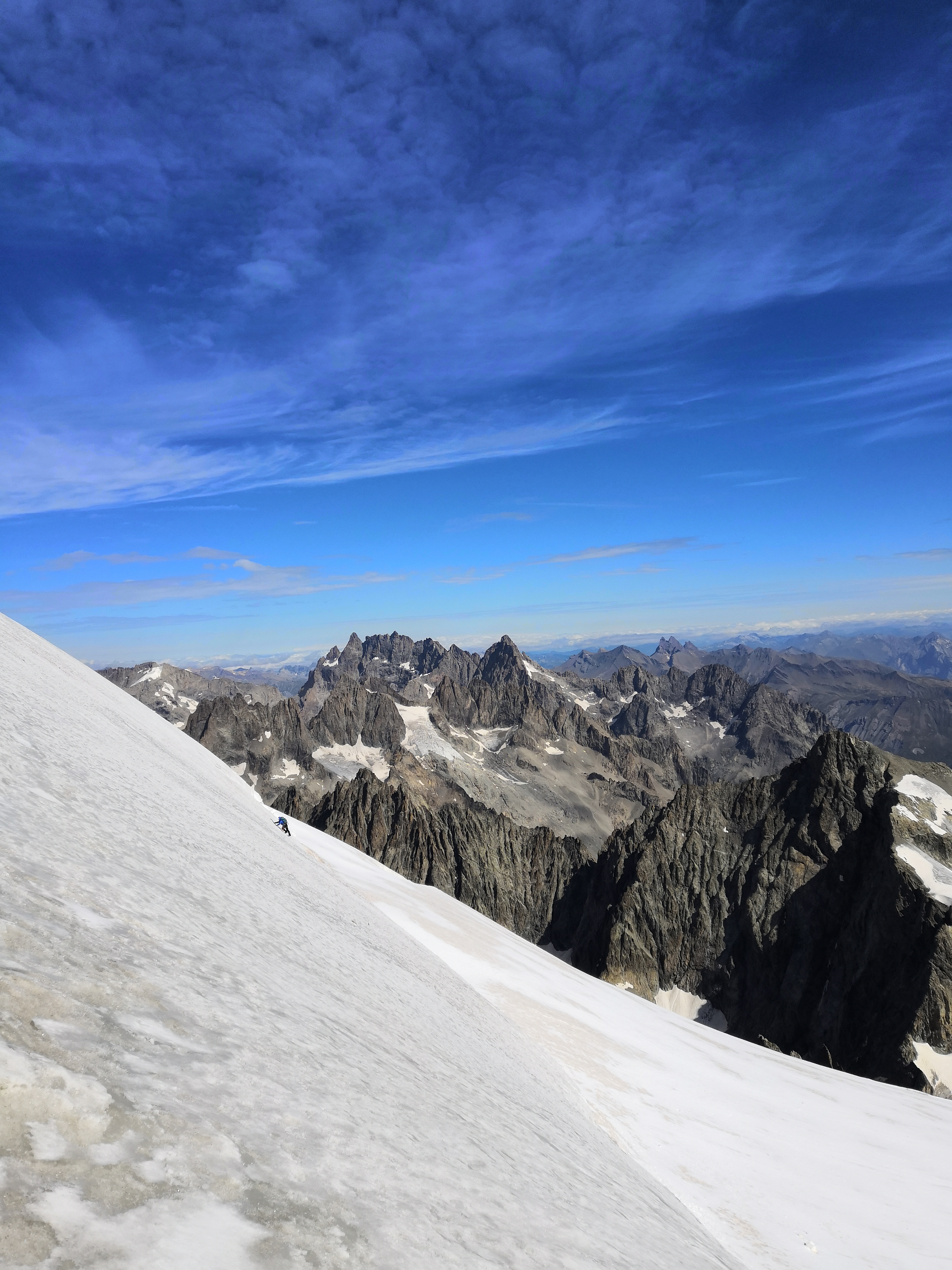Un alpinista in azione sull'ultimo pendio prima della cresta.